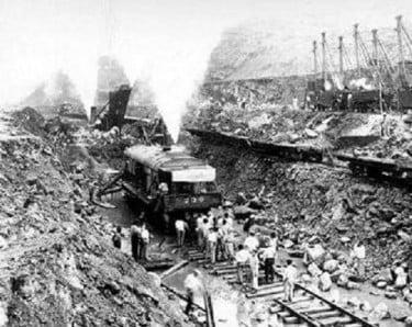 El problemático Corte Culebra luego de un derrumbe que ha cubierto las vías de tren con escombros.