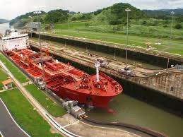 Barco cruzando las esclusas de Miraflores en el Canal de Panamá (1a fase)