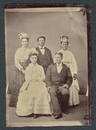 ntquisima placa ferrotipo de un grupo de jovenes - Estados Unidos Siglo XIX.