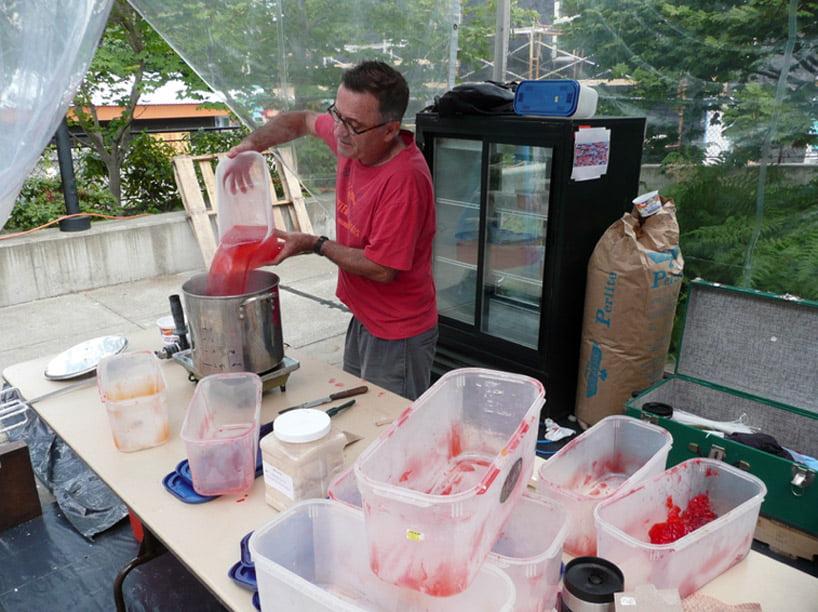 Robert Seng preparando gelatina para hace rlos moldes y convertirlos en ladrillos.