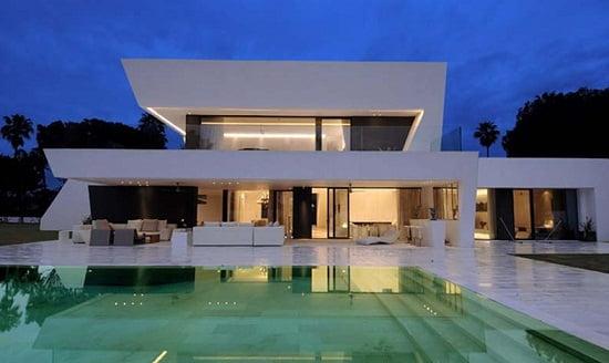Fachada de casa blanca minimalista.