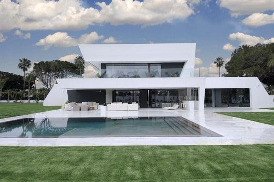 Fachada de casa blanca lujosa en Sotogrande, Madrid.