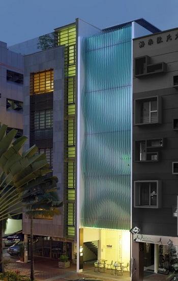 Fachadas modernas de edificios arkiplus for Fachadas edificios modernos