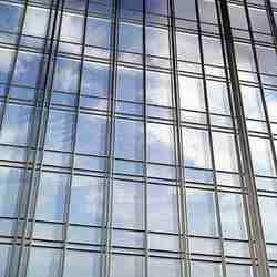Edificio de paredes de ventanas.