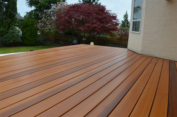 Deck de madera de cedro.