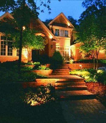 12 ideas creativas para iluminar un jard n arkiplus for Como iluminar arboles en el jardin