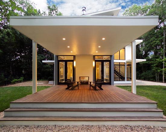 Porche minimalista en una residencia contemporánea.