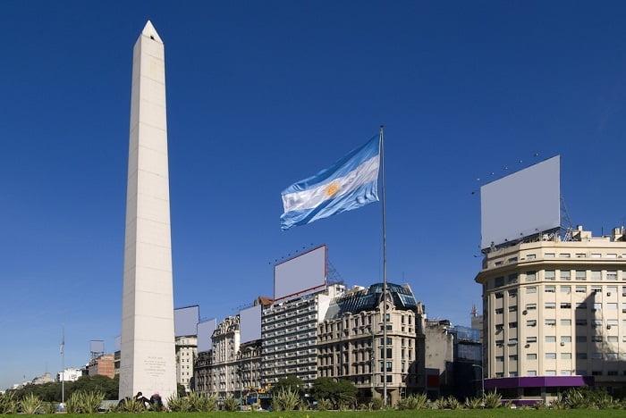 obelisco de buenos aires y bandera argentina