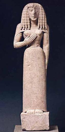 Dama de Auxerre ejemplo de escultura arcaica griega